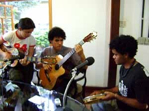 Estudantes montam banda para tocar MPB