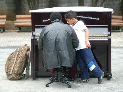 Morador de rua toca piano na Sé