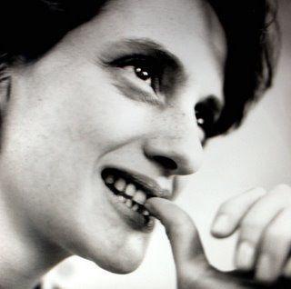 Denise Fraga marca o cenário da comédia