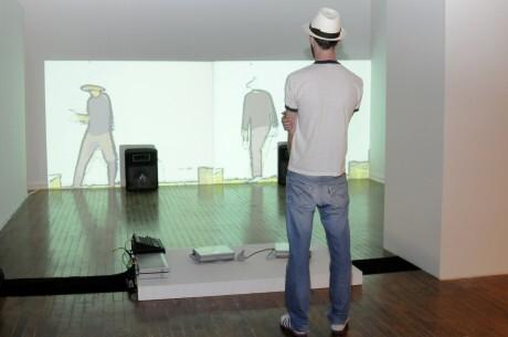 Público observa obra exposta na Faap