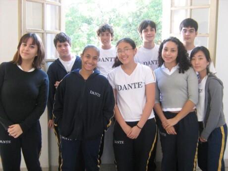 O grupo de alunos da oficina de cinema e da oficina de jornalismo