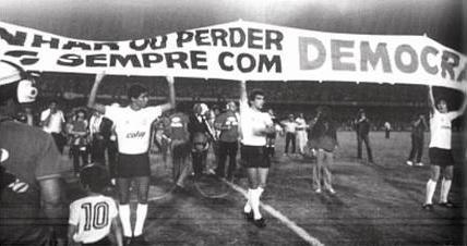 A Democracia que cruge ods Campos de Futebol