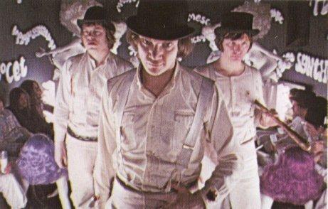 Laranja Mecânica é estrelado por Malcolm McDowell e se passa em uma Inglaterra do futuro