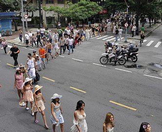 Passeata fashion nas ruas de São Paulo