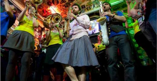 Les Fines Polletes faz show gratuito no Studio SP