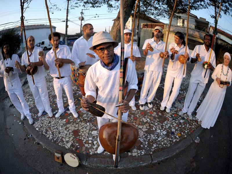 Dinho Nascimento e a Orquestra de Berimbaus do Morro do Querosene