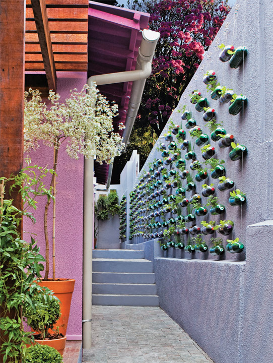 fazer jardim vertical garrafa pet:Soda Bottle Garden
