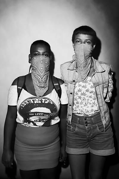 Suellen Aparecida, 22, fotógrafa e Thais Regina Santos, 17
