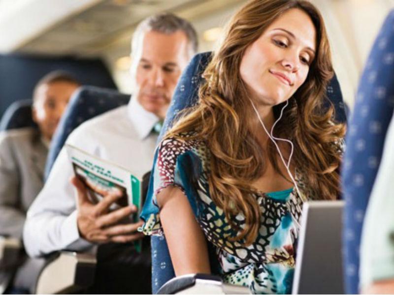 Resultado de imagem para ler livro no avião