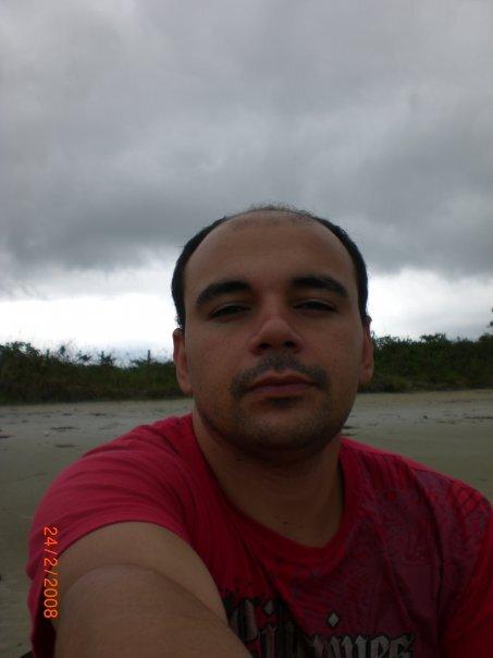 Imagem de Eric vestindo uma camiseta vermelha. Foto Divulgação.