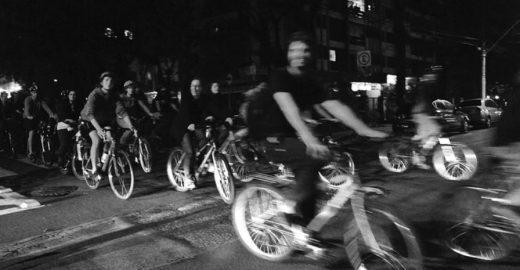 """""""Massa"""" de ciclistas se reúne toda última sexta do mês em POA; saiba mais"""