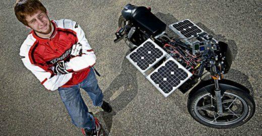 Jovem reforma moto velha e a deixa movida a energia solar