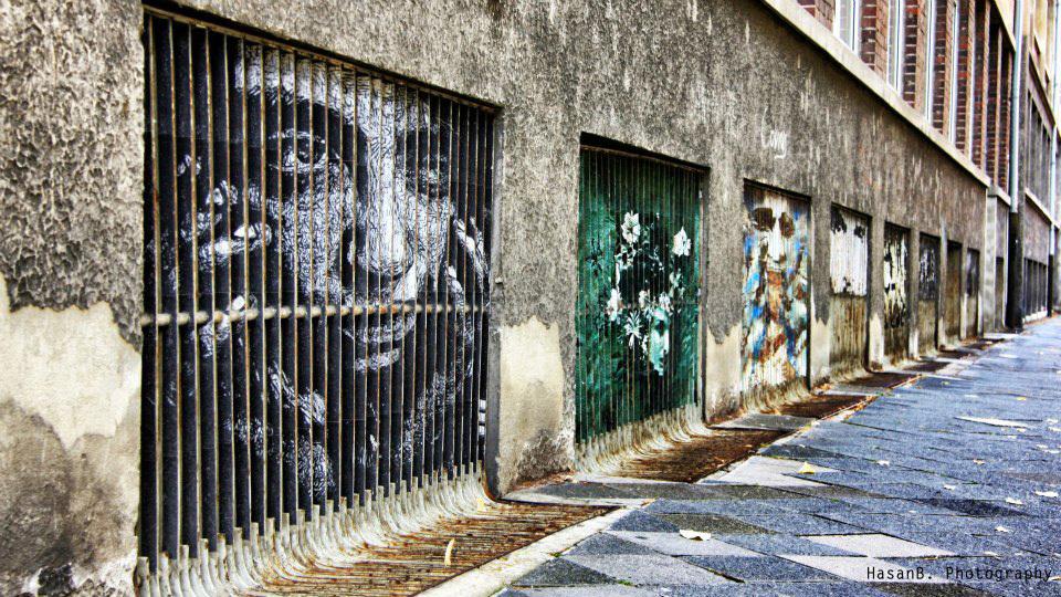 Dos muros para as grades, o graffiti que só pode ser visto de determinado ângulo