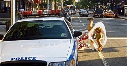 Após receber multa, ciclista protesta com bom humor contra desrespeito à ciclovia