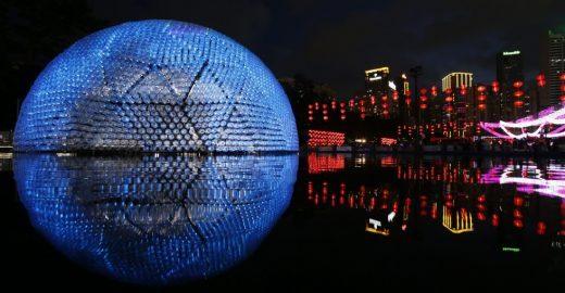 Em homenagem à lua cheia, pavilhão é construído com garrafas plásticas e luzes LED em Hong Kong