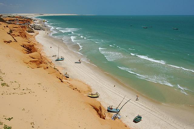 Vista da praia de Canoa Quebrada, na costa do Sol Nascente, no Ceará