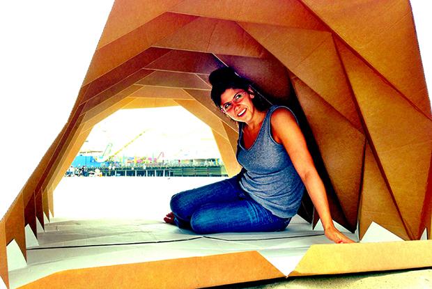 Arquiteta cria abrigo dobrável de papelão para moradores de rua