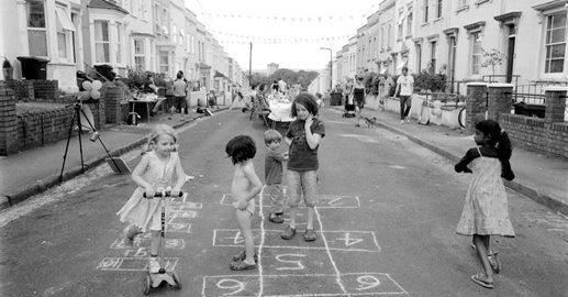 Sem espaço para brincar, crianças protestaram e conseguiram tirar automóveis de seu bairro
