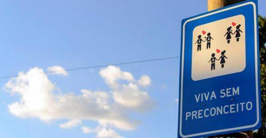 Repare nas placas de trânsito, elas podem dizer algo mais interessante do que o normal