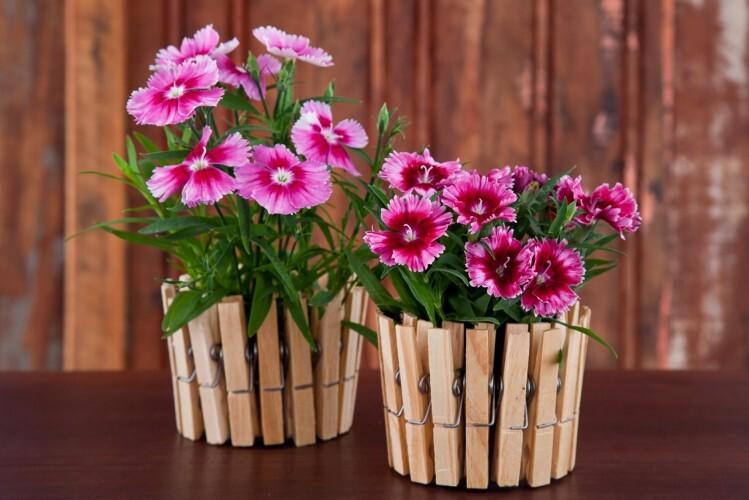 Vaso de flores é uma das utilidades que a lata de atum reciclada pode