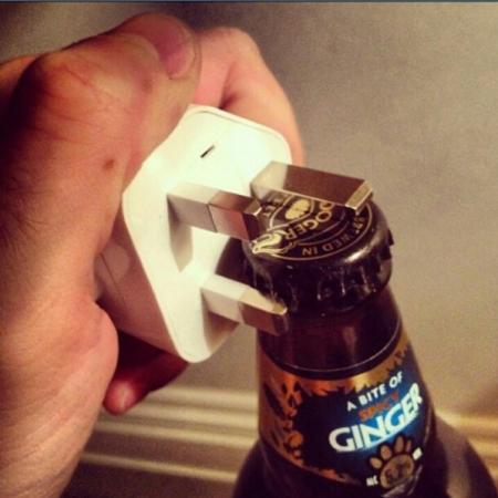 abra-a-cerveja-com-plug-de-energia