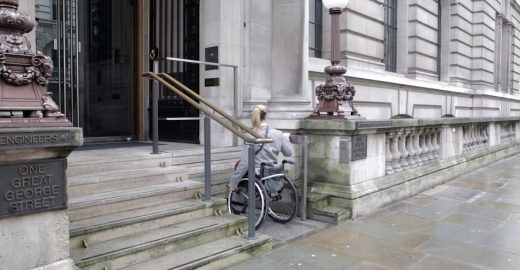 Sistema mistura escada e elevador para acessibilidade urbana