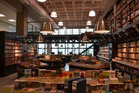 A Blooks do Shopping Frei Caneca tem um acervo de artes plásticas, cinema e teatro