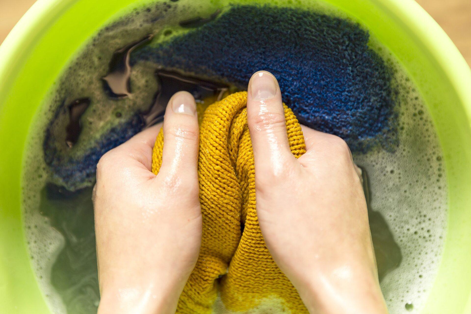Pessoa lavando roupa