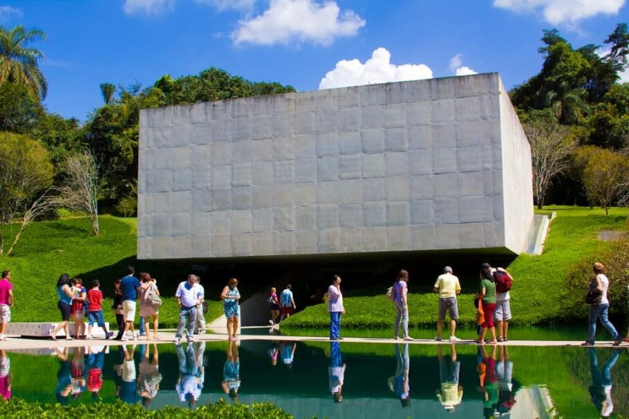 O Centro de Arte Contemporânea Inhotim, em Brumadinho (MG),  é uma das   maior centro de arte ao ar livre da América Latin