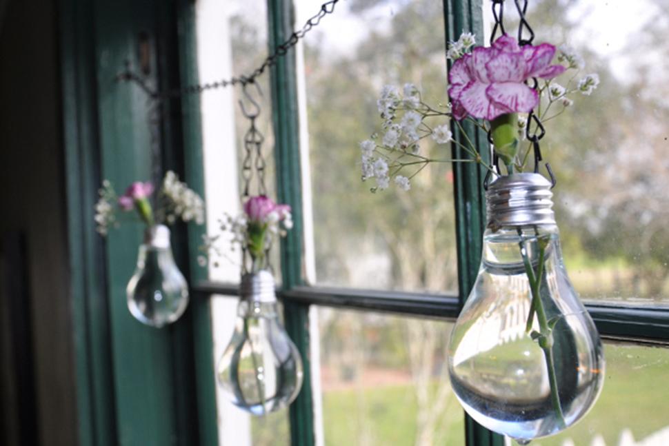 decoracao em lampadas:Confira 5 passos para transformar uma lâmpada em vaso