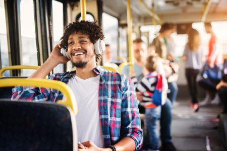Homem ouvindo audiolivro