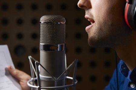 Homem gravando audiolivro