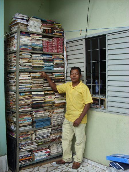 Antônio e seu acervo pessoal. Cobrador é apaixonado por literatura desde jovem