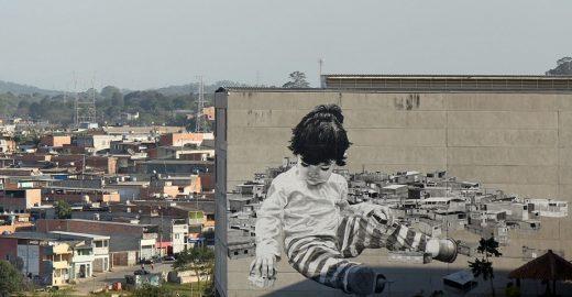 Usando fuligem, Alexandre Orion cria mural gigante de criança destruindo casas no Grajaú