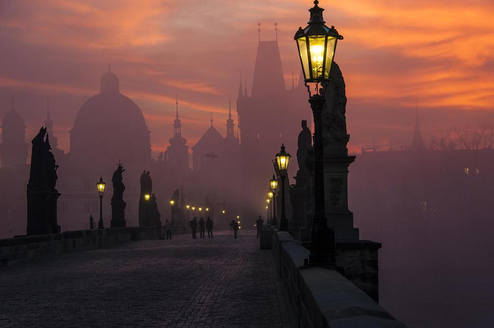 A ponte Carlos, um dos cartões-postais de Praga, na República Tcheca