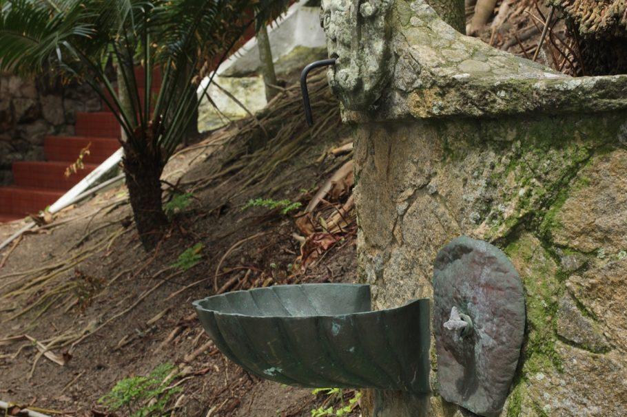 Torneira que utiliza água da chuva - Foto: Victor Sousa