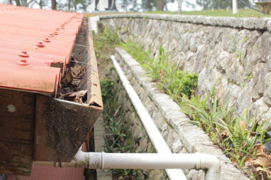 Detalhe do sistema de captação da água da chuva do telhado  - Foto: Victor Sousa