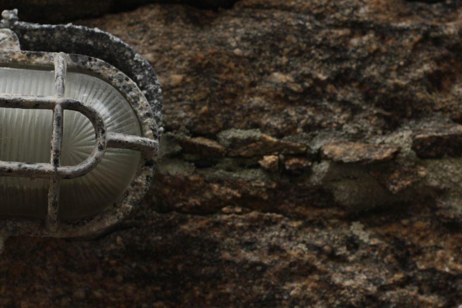 Detalhe da fiação elétrica coberta por pedras locais - Foto Victor Sousa