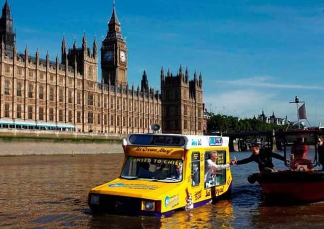 Em Londres, este carro anfíbio navega pelo rio Tâmisa