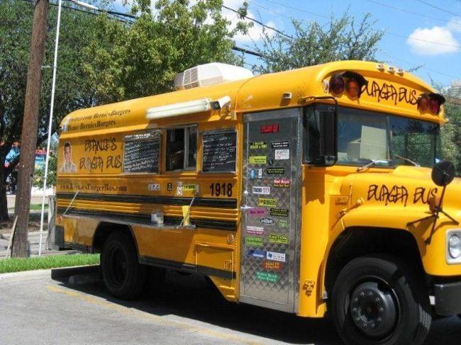 Inspirado nos clássicos ônibus escolares, o foodtruck Bernie's Burger já se tornou parada obrigatória na volta da escola dos estudantes de Houston (EUA).