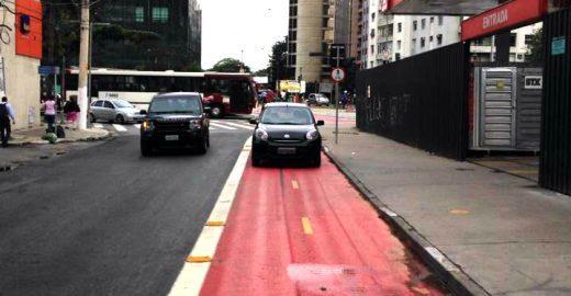 Ciclista e motorista disputam espaço na ciclovia; confira o vídeo