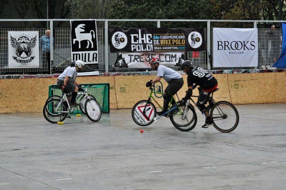 O Underdogs Bike Polo Team treina no Ibirapuera e compete em diferentes cidades do mundo