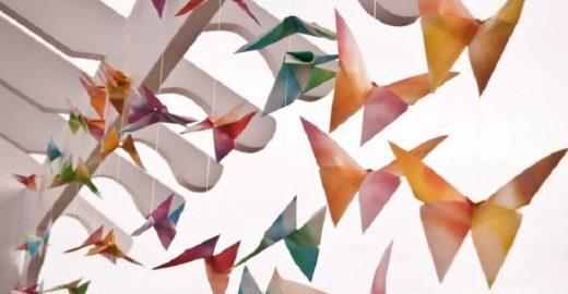 Borboletas de papel com 8 mil desejos sobrevoam Praça Tiradentes