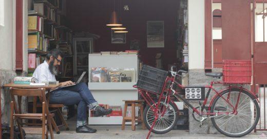 Por uma vida mais simples, jornalista deixa emprego para montar sebo em pequena garagem