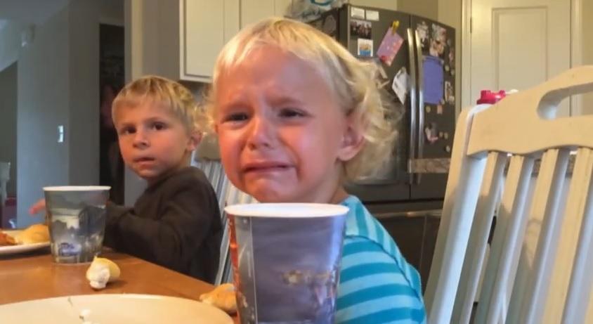 Vídeo mostra a sinceridade da relação entre dois irmãos pequenos - Catraca Livre