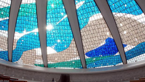 Os vidros dão destaque na obra arquitetônica.