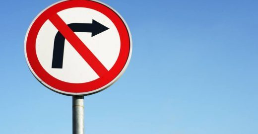 Cidadão alerta para proliferação da dengue em canos de placas de trânsito