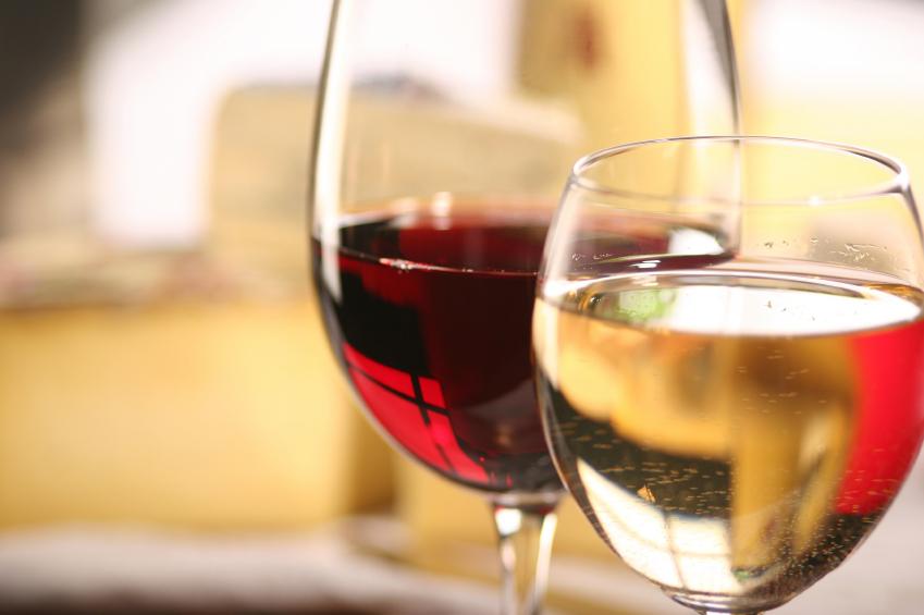 Crianças que provam álcool dos pais podem começar a beber mais cedo, diz estudo