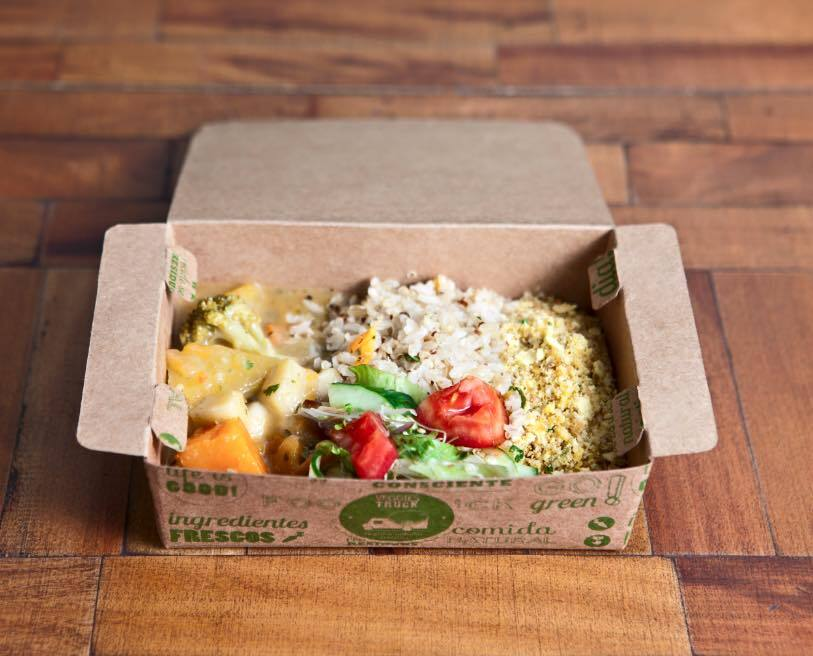 Moqueca de legumes com palmito pupunha, servida com farofa de arroz integral e mini salada (reprodução/Facebook/VeggiesnaPraça)