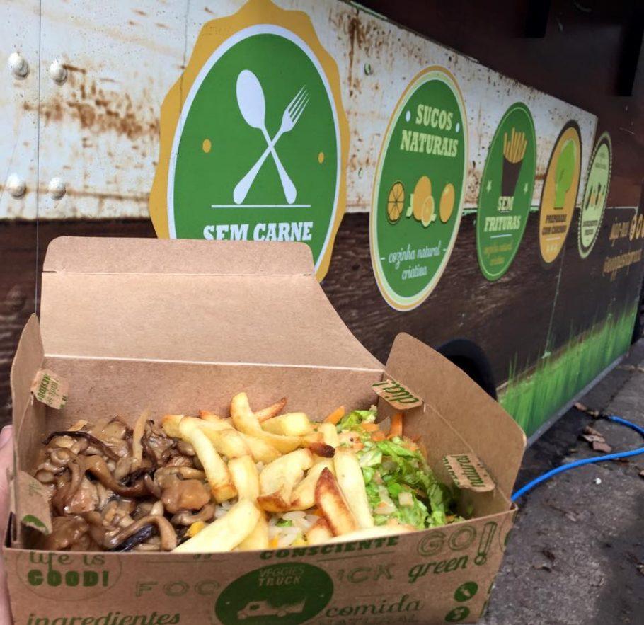 Strogonoffe de shimeji com uísque Jack Daniel's, arroz integral, batata e saladinha (reprodução/Facebook/VeggiesnaPraça)